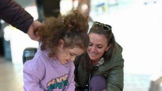 Cristina Șișcanu s-a întors în România! Momente emoționate pe aeroport! A fost așteptată de soțul ei și de fiica lor! FOTO, VIDEO