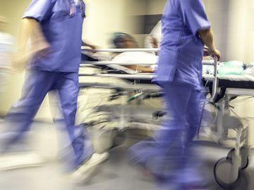 """O femeie a murit după 16 ore de aşteptare pe holul Spitalului de Urgenţă Constanţa! Fiul a făcut plângere penală la Poliție: """"Mi-a murit în brațe, n-a venit niciun medic să o consulte"""""""
