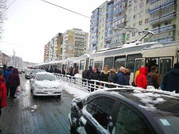 Tramvaiul 41 si alte sase tramvaie sunt blocate in Capitala. Calatorii nu pot ajunge la munca