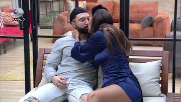 Roxana si Turcu s-au impacat! S-au sarutat si au petrecut momente tandre in gradina, departe de ochii concurentilor VIDEO
