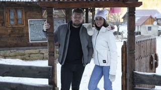 """Andreea Stravoiu și George Mihai ajung la Straja, in Hunedoara, la primul conac pentru boieri contemporani, unde au parte de o experiență de neuitat! Nu ratați """"Roventura"""", sâmbătă, de la ora 15:00, la Kanal D!"""