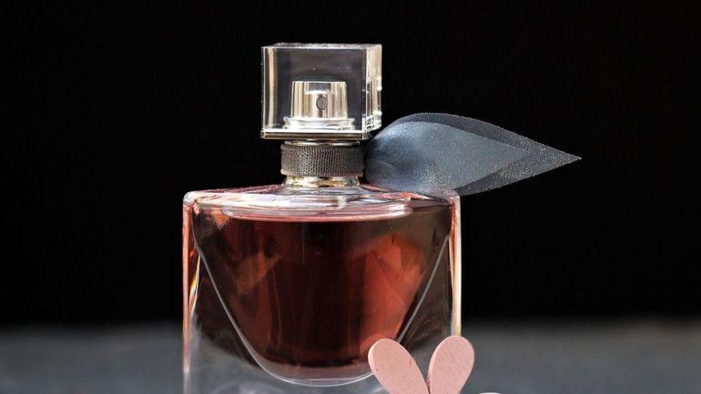 8 parfumuri accesibile care persista la fel de mult ca cele scumpe