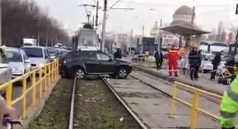 Imagini uluitoare in Drumul Taberei! Scene desprinse din filme! Un Duster a ajuns pe linia tramvaiului 41 dupa ce a lovit o casa de bilete!