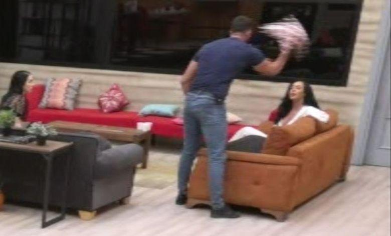 Catalin a lovit-o cu o perna pe Ella! Ea a izbucnit in lacrimi si a parasit emisiunea! Ce a urmat