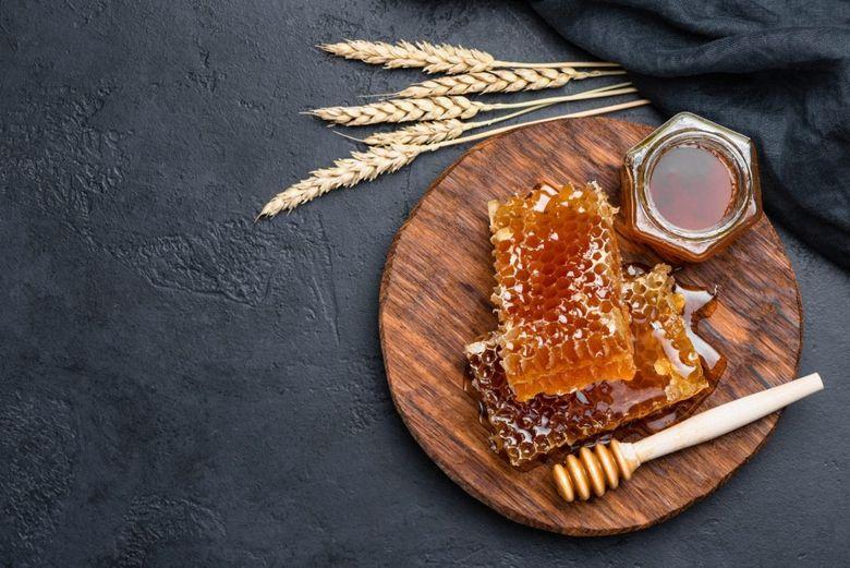 Mierea de albine, falsificata cu soda caustica. Afla cum te asiguri ca mierea pe care o cumperi e naturala