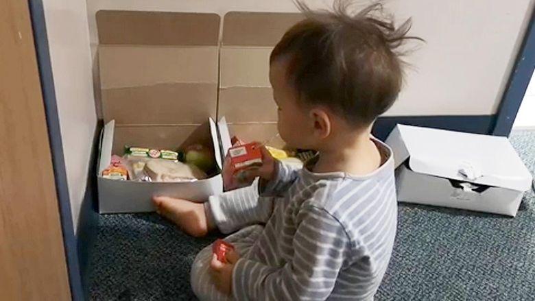 Coronavirus - Un baietel de cinci ani a fost gasit singur in casa, alaturi de bunicul decedat din cauza coronavirusului. Ce i-a spus batranul nepotelului