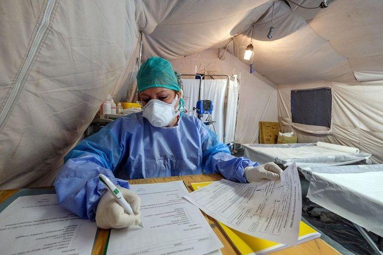 Coronavirus Italia. Asistenta copleșită de epuizare, imagine emoționantă