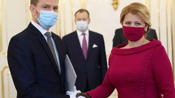 Președintele Slovaciei a lansat o nouă modă: masca asortată cu rochia