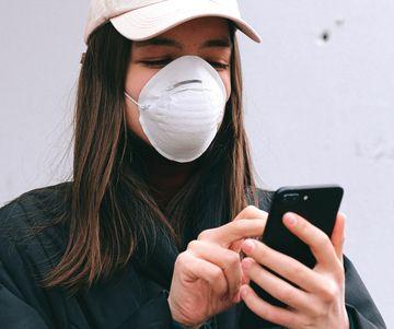 Cum să îți cureți telefonul mobil pentru a te proteja de coronavirus?