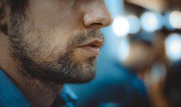 Coronavirus: la ce risc se supun cei care au barba sau mustata