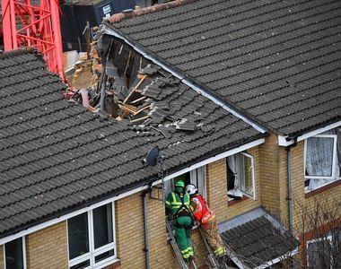 O femeie a murit după ce o macara a căzut pe casa ei (FOTO)
