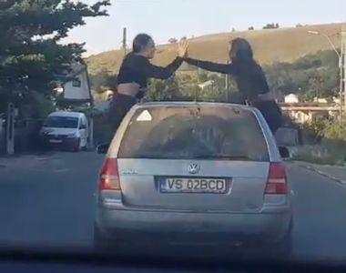 Teribilism în trafic. Două fete din Vaslui, urcate pe portiera unui Volkswagen în mers