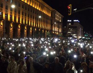 Premierul a cerut demisia mai multor miniștri, după protestele masive. Mii de oameni au...