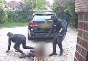 Momentul șocant în care o șoferiță este lovită cu pumnii și picioarele și i se fură BMW-ul (VIDEO)