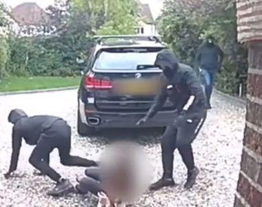 Momentul șocant în care o șoferiță este lovită cu pumnii și picioarele și i se fură...