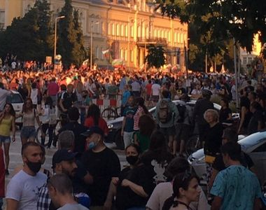 Protestatarii cer demisia premierului. Se organizează pentru blocarea parlamentului