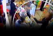 VIDEO  O vânzătoare, pălmuită după ce a atenționat o clientă că nu poartă mască. Imaginile, surprinse de camerele de supraveghere