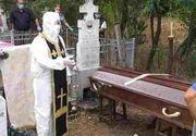 VIDEO - Un preot din Olt s-a îmbrăcat în costum anti-Covid la slujba de înmormântare