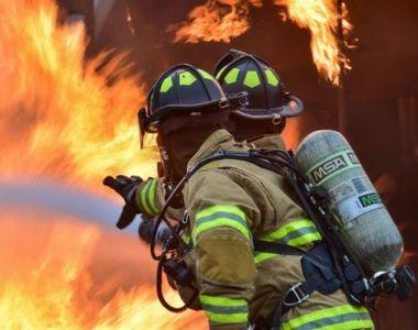 Incendiu de proporții în Capitală unde două case au ars, iar locatarii unui bloc au...