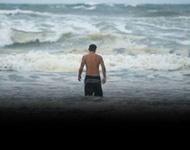 VIDEO | La un pas de moarte, în valurile uriaşe