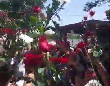 Emi Pian, aplaudat în curtea casei sale. Imagini în timp real cu sutele de oameni...