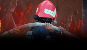 VIDEO - Incendiu la ultimul etaj al unui bloc din Craiova. Intervenție spectaculoasă a pompierilor