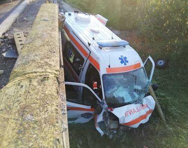 Tragedie în Gorj. O ambulanţă care transporta un pacient cu coronavirus a căzut de pe...