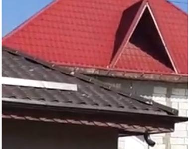 Bărbatul care s-a urcat pe casă şi ameninţa că se aruncă de acolo a renunţat la gest,...