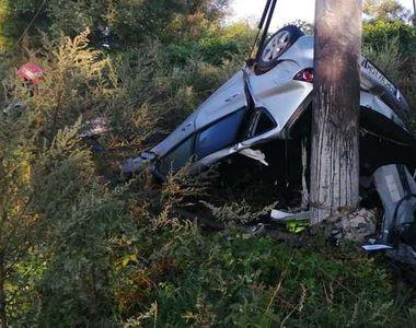 Un tânăr de 28 de ani a murit după ce s-a izbit cu maşina de un copac
