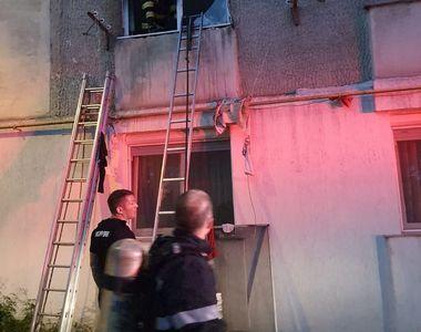Incendiu devastator într-un bloc din Piatra Neamț. 60 de persoane, evacuate