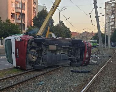 Microbuz răsturnat pe liniile de tramvai, după ce a spulberat un stâlp. Mai multe victime
