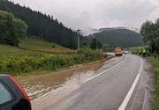 Atenție șoferi! Trafic restricţionat pe DN 12A din cauza apei şi a aluviunilor