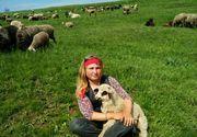 Fata lui George Chirilă, bărbatul din Iași care are 15 copii cu două surori, și-a făcut ședință foto la stână! Irina s-a pozat cu oile FOTO