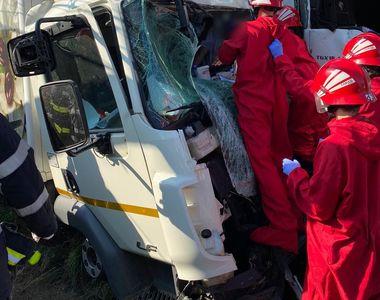 VIDEO - Accident cumplit cu două TIR-uri și o mașină. Un șofer a rămas încarcerat.