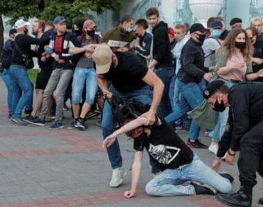 Zeci de manifestanţi care se opun restricţiilor de pandemie au fost arestaţi