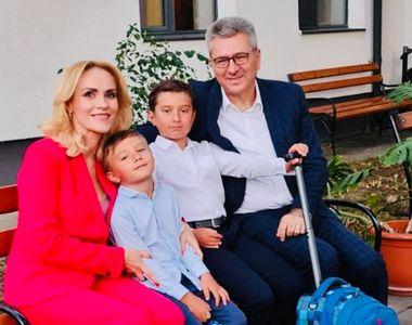 Gabriela Firea şi soţul său s-au fotografiat cu fiii lor într-o sală de clasă, deşi în...