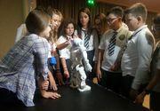 VIDEO - Roboțelul care ia temperatura elevilor. Director: Copiii se distrează