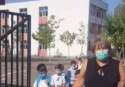 VIDEO - Scene șocante în prima zi de școală. Elevi trași cu sfoara de doamna învățătoare