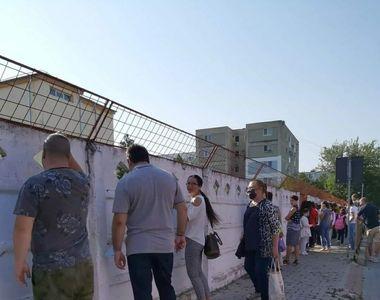 """Imagini uluitoare din prima zi de școală a elevilor români: """"Stăm la gard, ca la..."""