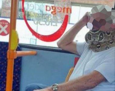 """S-a urcat în autobuz cu un șarpe în loc de mască. """"Când l-am văzut că mișcă, am..."""