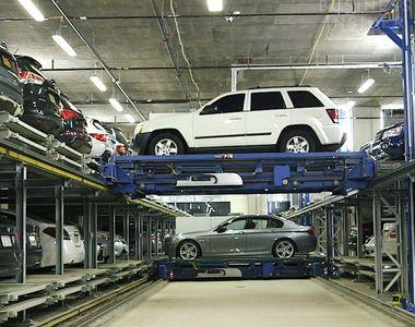 Cum sunt mutate mașinile de lux într-un garaj automatizat. Imaginile par...