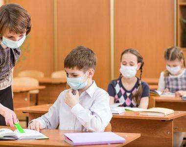 VIDEO - Fără mască la școală! Părinte: Leșină elevii!