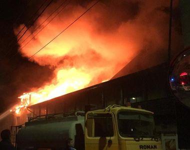VIDEO - Incendiu puternic. Brutărie și restaurant, făcute scrum