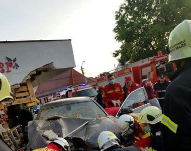 Un șofer a intrat cu mașina într-o florărie. O femeie a fost ucisă