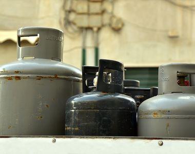 Un camion cu sute de butelii s-a răsturnat pe centura Braşovului