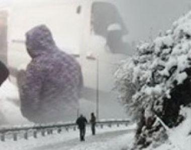 VIDEO - Iarna a venit deja la munte. Zăpadă și drumuri închise