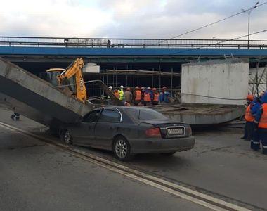 Un șofer a lovit o grindă de beton care a căzut peste o altă mașină. Vezi care a fost...