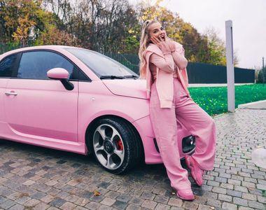 VIDEO - Inna i-a dat cadou celei mai bune prietene o mașină... colorată