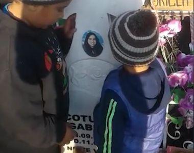 Imagini emoționante cu doi copii care se roagă la crucea mamei lor. Tatăl micuților i-a...