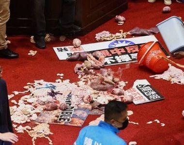 Dezbateri aprinse în Parlamentul din Taiwan. Parlamentarii opoziției au aruncat cu...